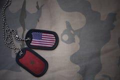 wojska puste miejsce, psia etykietka z flaga zlani stany America i Morocco na khakim tekstury tle, Obraz Stock