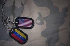 wojska puste miejsce, psia etykietka z flaga zlani stany America i Venezuela na khakim tekstury tle, Fotografia Stock