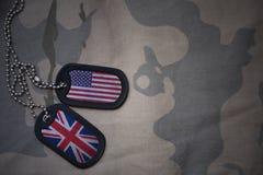 wojska puste miejsce, psia etykietka z flaga zlani stany America i wielki Britain na khakim tekstury tle, Zdjęcia Stock