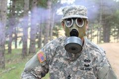 Wojsko żołnierz jest ubranym maskę gazową w naturze fotografia stock