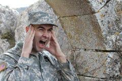 Wojsko żołnierz krzyczy przed niektóre ruinami z kopii przestrzenią Fotografia Stock