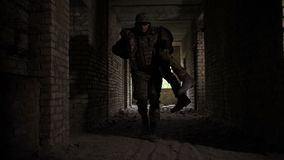 Wojsko żołnierza oszczędzania życie zdradzony brat w rękach zbiory