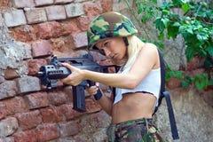 Wojsko dziewczyna z karabinem zdjęcia royalty free