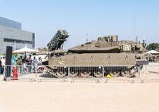 Wojsko instruktor mówi gościom o Merkava batalistycznym zbiorniku przy wojska powystawowym ` Nasz IDF ` obrazy stock