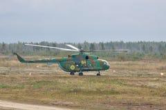 Wojsko przewieziony helikopter Mil Mi-8 Obrazy Royalty Free