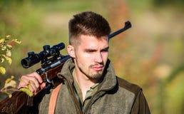Wojsko siły kamuflaż Brodaty mężczyzny myśliwy Łowieckie umiejętności i broni wyposażenie Jak zwrota polowanie w hobby militate zdjęcia stock