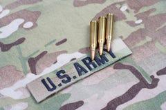 WOJSKO USA gałąź 5 i taśma 56 mm cykle na kamuflażu mundurze obrazy royalty free
