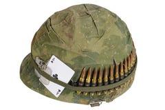 wojsko USA hełma wojna w wietnamie okres z kamuflaż pokrywą, ammo pasek, psia etykietka i amuletu as klubu karta do gry, Zdjęcia Royalty Free