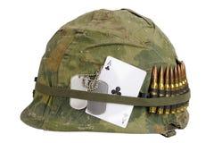 wojsko USA hełma wojna w wietnamie okres z kamuflaż pokrywą, ammo pasek, psia etykietka i amuletu as klubu karta do gry, Zdjęcie Stock