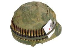 wojsko USA hełma wojna w wietnamie okres z kamuflaż pokrywą, ammo pasek, psia etykietka i amuletu karta do gry as diamenty, Zdjęcie Royalty Free