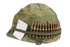 wojsko USA hełma wojna w wietnamie okres z kamuflaż pokrywą, ammo pasek, psia etykietka i amuletu karta do gry as diamenty, Zdjęcia Stock