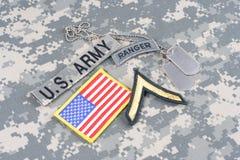WOJSKO USA leśniczego insygnia na kamuflażu mundurze Fotografia Stock