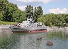 Wojskowego kanon na łęku wzgórzu Vistory i statki Parkują Moskwa Zdjęcia Royalty Free