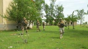 Wojskowego patrolowy iść przez konflikt strefy w terenie z zbombardowanymi budynkami zdjęcie wideo