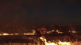 Wojskowego szkolenia kopnięcia przy nocy ogniskami 4K zdjęcie wideo