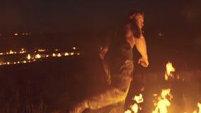Wojskowego szkolenia kopnięcia przy nocy ogniskami 4K zbiory wideo