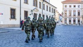 Wojskowi na Praga ulicie obraz stock