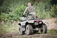 Wojskowy na kwadracie - patrolować teren Fotografia Royalty Free