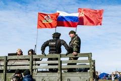 Wojskowy pod Rosyjską flaga na ciężarówce na klepnięciu Fotografia Royalty Free