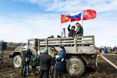 Wojskowy pod Rosyjską flaga na ciężarówce na klepnięciu Zdjęcie Stock