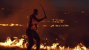 Wojskowy pokazuje występ z kordzikami przy ogniskami 4K zbiory wideo