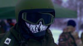 Wojskowy w hełma i kośca Balaclava zbiory wideo