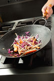 Шеф-повар варя овощи в Wok Стоковая Фотография