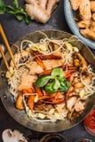 Wok avec le sauté de poulet de nouilles et les baguettes, vue supérieure, fin  Image libre de droits