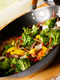 Wok with beef and vegetable stirfry Royalty Free Stock Images