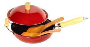 Wok cinese rosso e cucchiai di legno su bianco Fotografia Stock Libera da Diritti