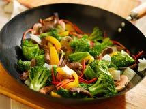Wok com fritada stiry Imagens de Stock