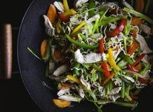 wok con il pollo fotografia stock
