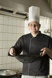 wok della holding del cuoco unico Fotografia Stock Libera da Diritti