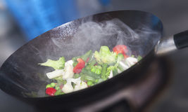 Wok die gezond Aziatisch voedsel kookt Royalty-vrije Stock Afbeelding