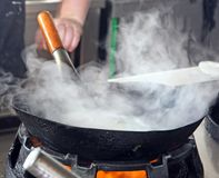 Wok por completo del vapor durante cocinar Fotos de archivo libres de regalías