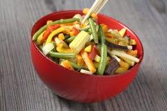 Wok vegetariano con el bambú y el maíz Imagen de archivo