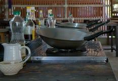 Wok vides dans un cours de cuisine Photographie stock libre de droits