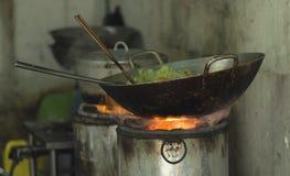 Wok z warzywami na kuchence z embers w Hanoi Wietnam obrazy stock