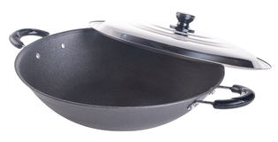 Woka asia matlagning wokar på bakgrund arkivfoto