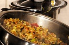 Woka med grönsaker och champinjoner Arkivfoto