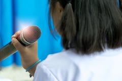 Wokalnie mikrofon w ręki Selekcyjnej ostrości zdjęcia stock