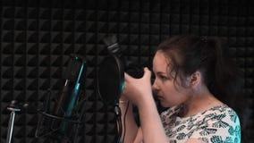 Wokalnie muzyki studia próba Młoda kobieta stawia dalej słuchawki przygotowywa dla śpiewać zbiory wideo