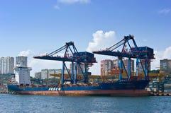 wokalnie Wschodni (Japonia) morze 02 2015 Wrzesień: Zbiornika statku Kapitanu Maslov pozycja przy kuszetka zbiornika terminal Zdjęcia Royalty Free