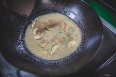 Wokaufruhrfischrogen, der eine thailändische Mahlzeit kocht Stockfotografie