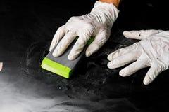 Woker che lucida con la carta della sabbia Fotografia Stock Libera da Diritti