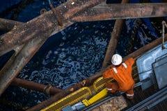 Woker, das seine Arbeit an erledigt, heben oben Öl- und Gasanlagenbein Lizenzfreie Stockbilder