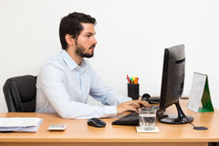 Wokirng και δακτυλογράφηση στο γραφείο Στοκ φωτογραφία με δικαίωμα ελεύθερης χρήσης