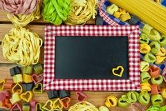 Wokoło blackboard różnorodny makaron Obraz Royalty Free