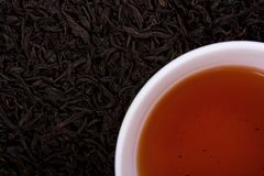 wokoło filiżanki opuszczać herbaty obrazy stock