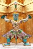 Wokoło złocistej pagody giganta tajlandzki stojak Fotografia Stock